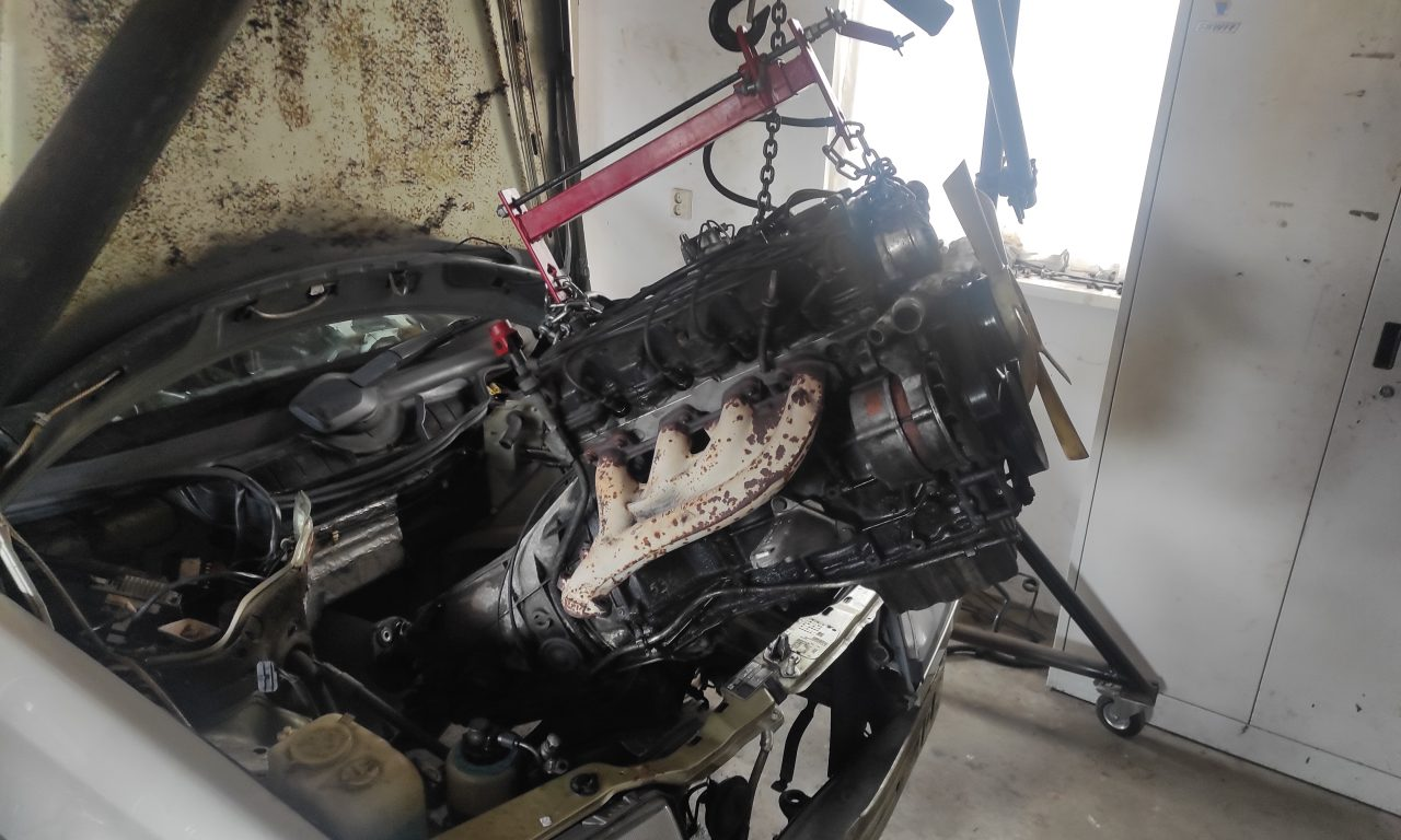 M102 engine removed. space for the V8 turbo 33